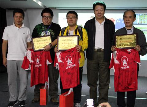 6名足球宝贝分别展示6支参加首届甲a明星邀请赛球队的旧版球衣    本